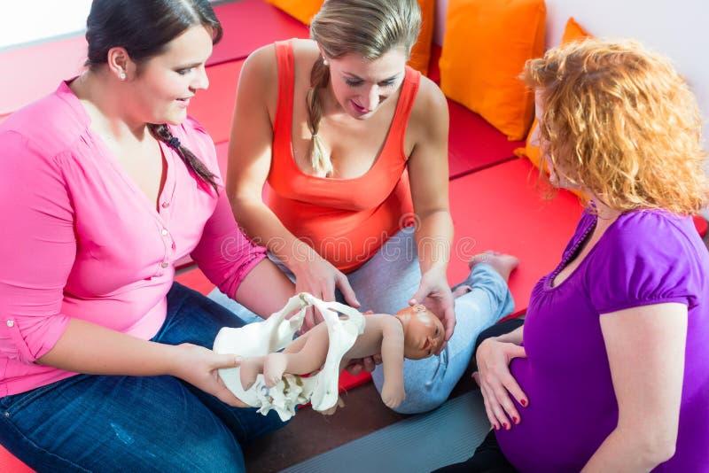 Sage-femme expliquant le processus de naissance aux femmes enceintes pendant l'antena images stock