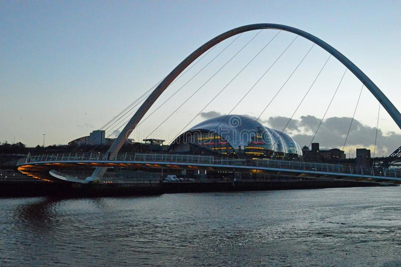 Sage Gateshead ed il ponte di millennio al crepuscolo immagine stock libera da diritti