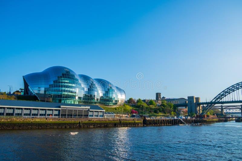 Sage Gateshead, Tyne Bridge och Riveret Tyne Sage Gateshead är ett internationellt hem för musik som lokaliseras på den södra ban arkivfoton