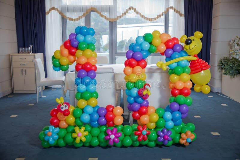 10 saggi molto bei fatti dai palloni per i compleanni figura dieci dei palloni di colore contro i precedenti Dieci lettere di fotografia stock