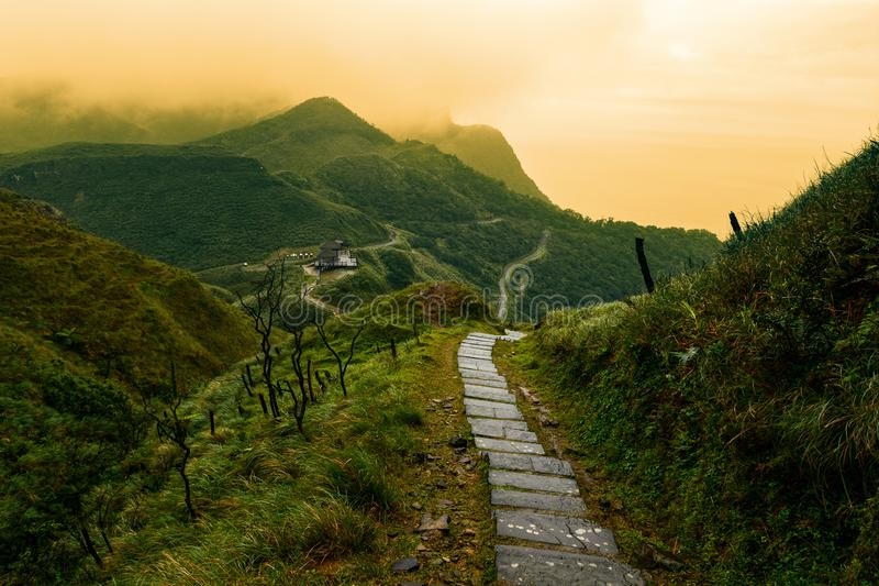 Sagobok-som bana till och med ett landskap för dimmigt berg i Taiwan Yilan County arkivfoto