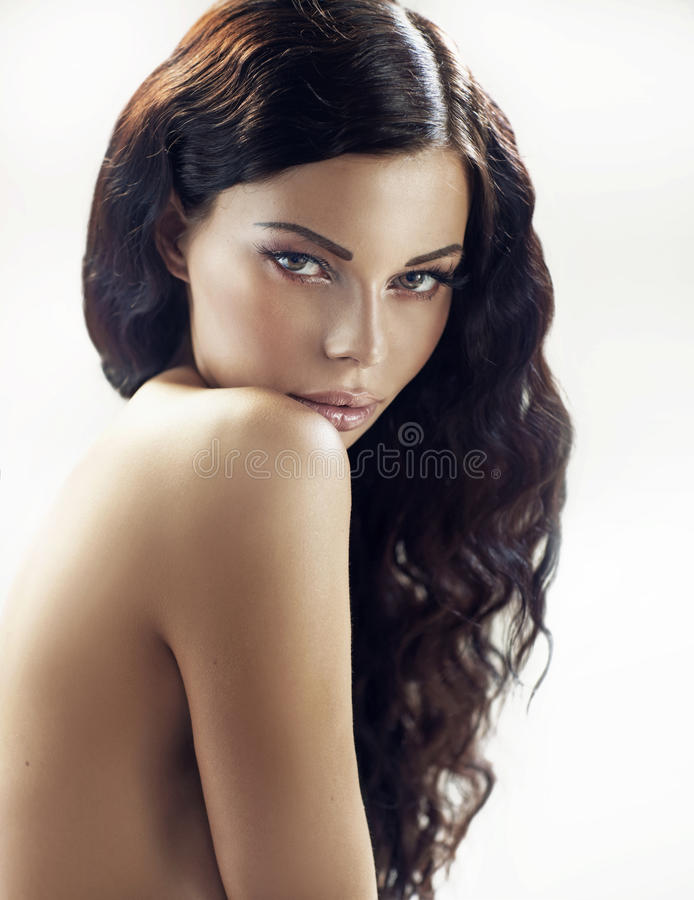 Sagolik brunettkvinna med lockigt hår royaltyfri foto