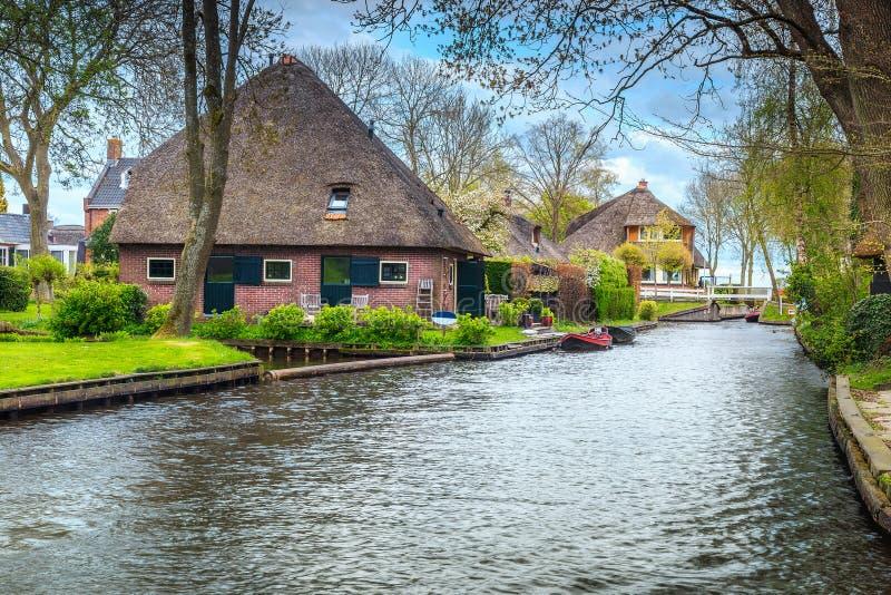 Sagolik holländsk by med trädgårdar och hus, Giethoorn, Nederländerna, Europa royaltyfria foton