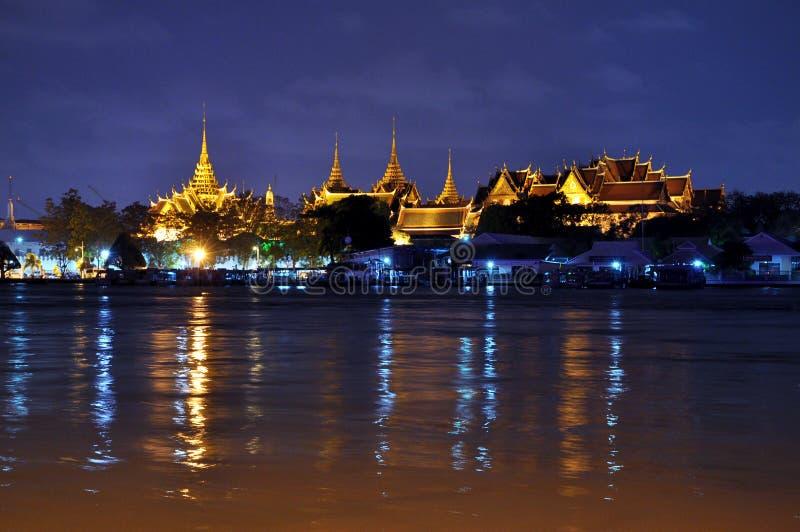 Sagolik storslagen slott och Wat Phra Kaeo arkivfoto