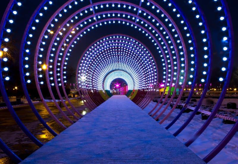 Sagolik upplyst tunnel i Moskva Central Park fotografering för bildbyråer