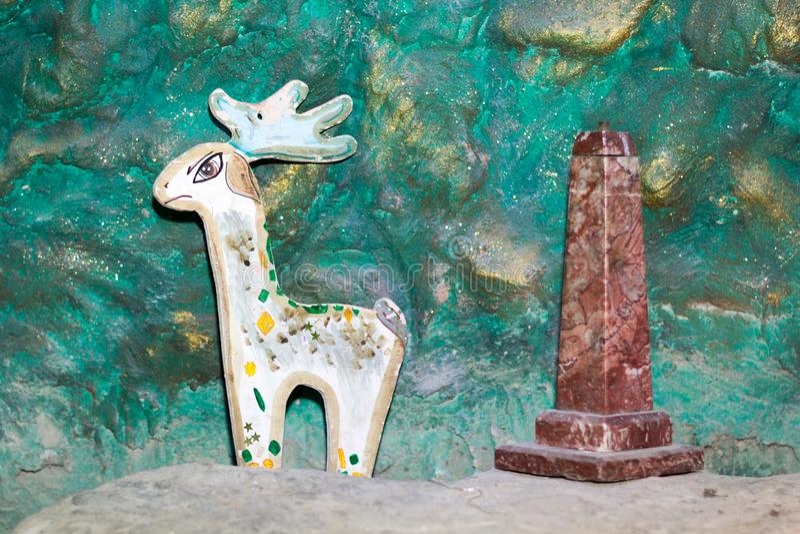 Sagolika hjortar, granitpelare arkivfoton