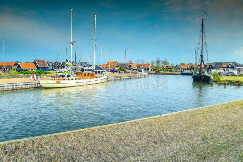 Sagolikt holländskt fiskeläge med fartyg i hamnen, Marken, Nederländerna fotografering för bildbyråer