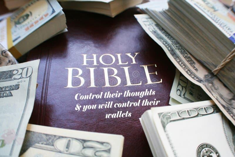 Sagrada Biblia con el dinero de alta calidad imagen de archivo libre de regalías
