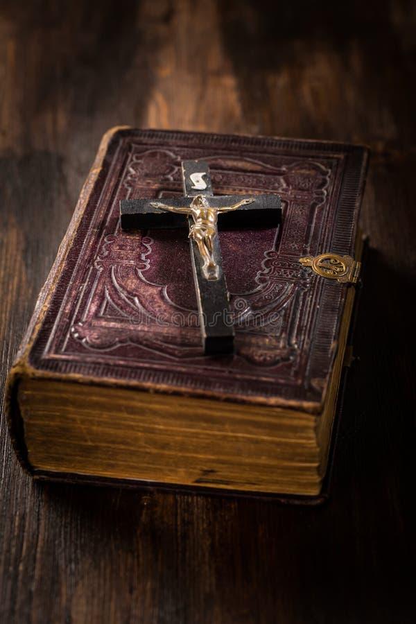 Sagrada Biblia con la cruz de madera fotos de archivo