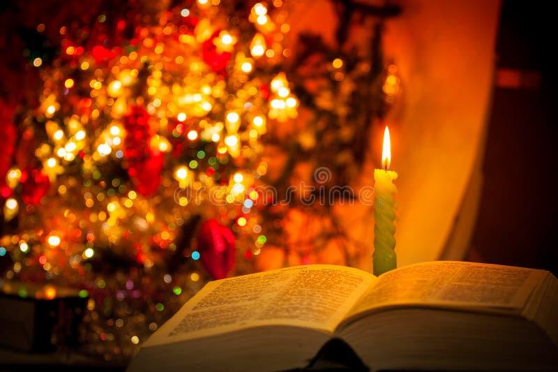Sagrada Biblia con la vela en bokeh foto de archivo libre de regalías