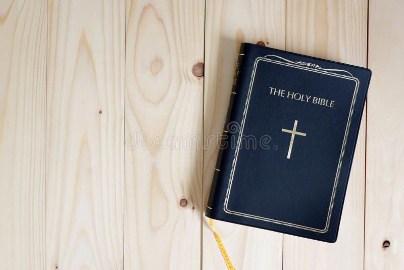 Sagrada Biblia en la tabla de madera foto de archivo