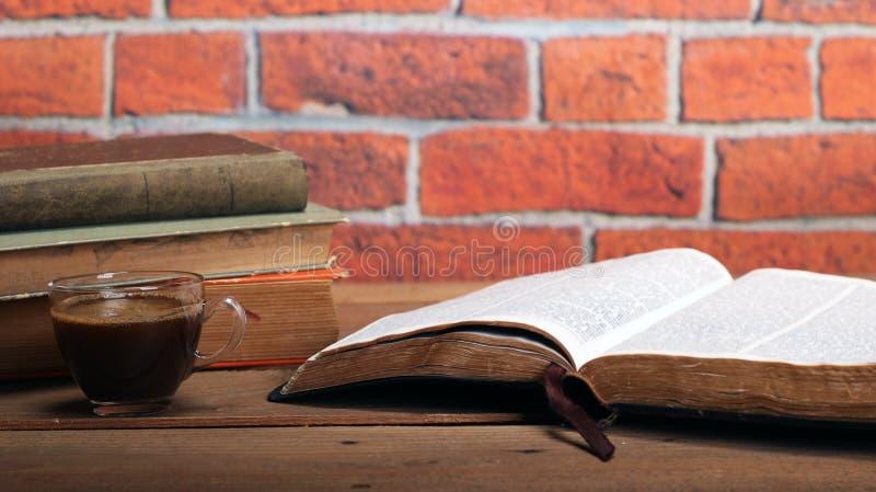 Sagrada Biblia en una tabla de madera fotografía de archivo libre de regalías