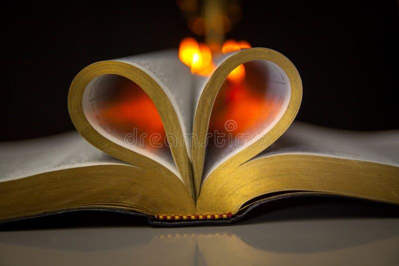 Sagrada Biblia y velas foto de archivo libre de regalías