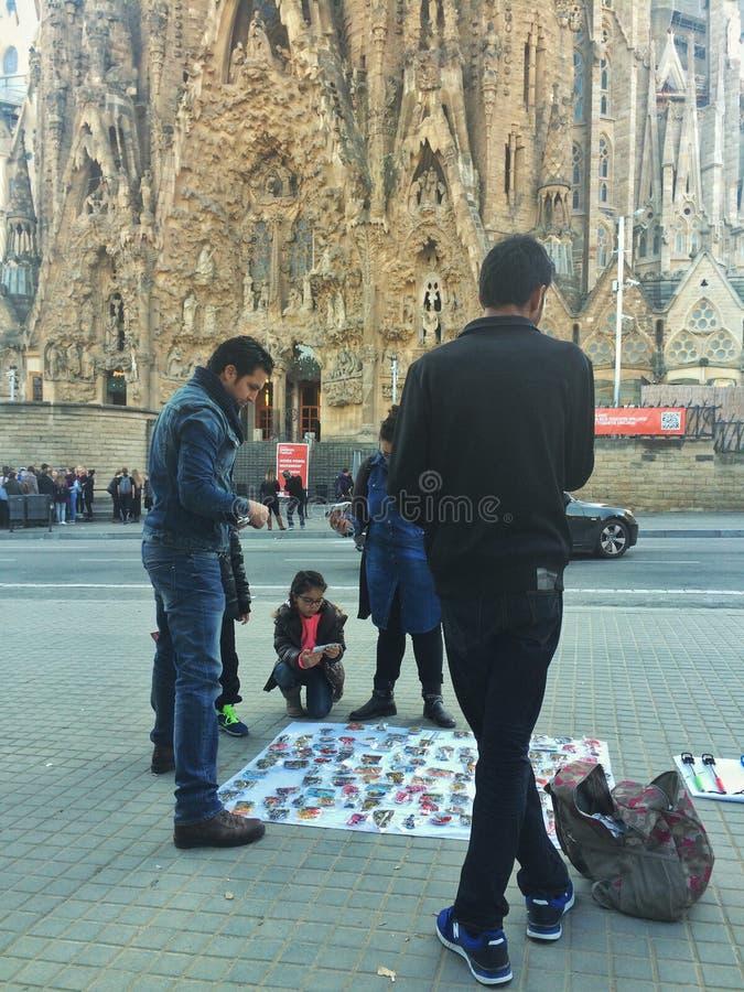 SAGRADA FAMILIA, BARCELONA, Grudnia 2015 ulicznych sprzedawców sprzedaży pamiątki przód Sagrada familia zdjęcia royalty free