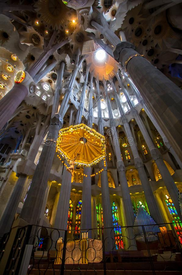 Sagrada Familia, vista interior em Barcelona fotos de stock