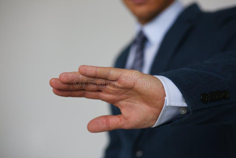 Sagt männliche Ablehnung der Geste Handkeinen männlichen Geschäftsmann in einer Klage stockfoto
