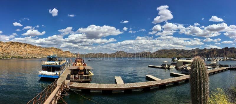 Saguaro湖, Tonto国家森林,亚利桑那,美国全景  免版税图库摄影