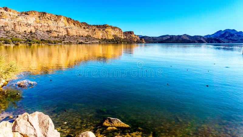 Saguaro sjö och de omgeende bergen i Arizona royaltyfria bilder
