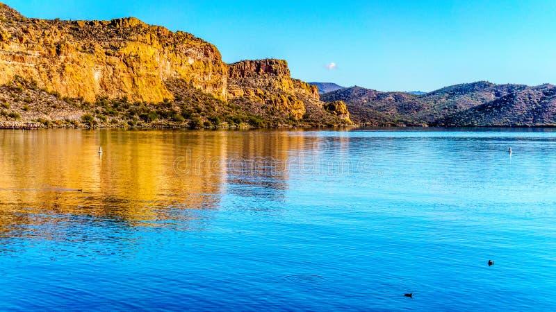 Saguaro sjö och de omgeende bergen i Arizona arkivfoto