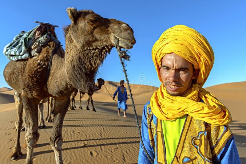 SAHARA ÖKEN, MAROCKO, APRIL 13, 2016 Tuaregmanstående med royaltyfri bild