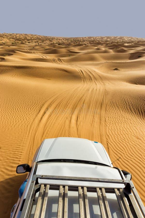 Sahara Desert View avec la voiture en Tunisie image stock