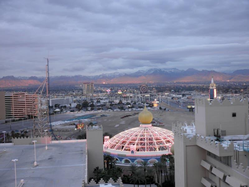 Sahara Hotel och den östliga delen av den Las Vegas remsan från beskådat en höjdpunkt upp hotellrum på gryning arkivfoto