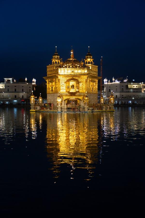 Sahib dorato di Harmandir del tempio a Amritsar alla notte immagine stock libera da diritti
