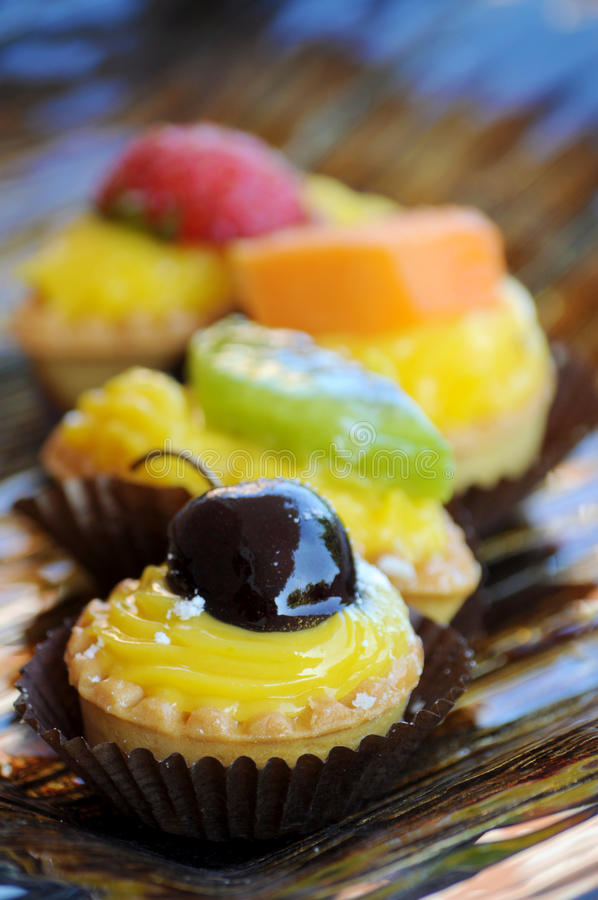 Sahne- und Fruchtkuchen lizenzfreie stockfotos