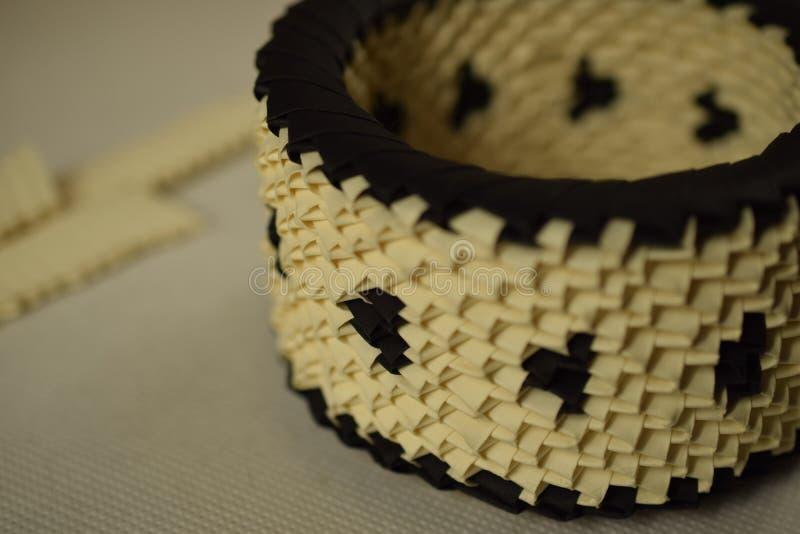 Sahne- und schwarze Origamischüssel lizenzfreie stockfotografie