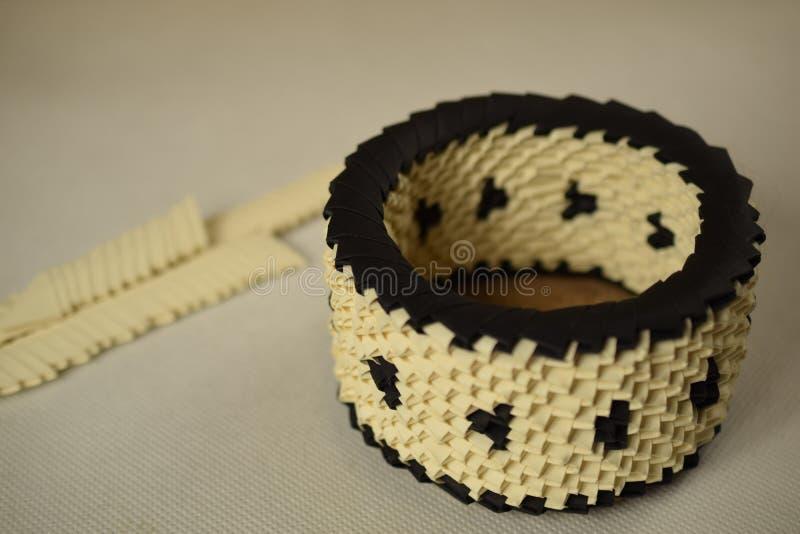 Sahne- und schwarze Origamischüssel stockbild