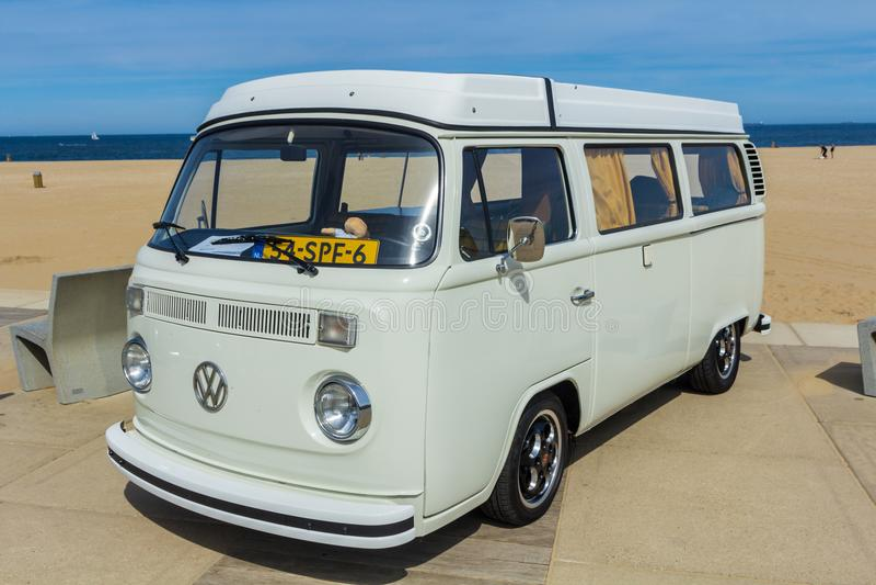 Sahneklassiker VW-kombi Packwagen am Strand stockfotos
