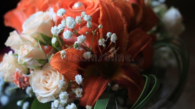 Sahnerosen, Orange Lilien Und Kleine Weiße Blumen, Details Des ...