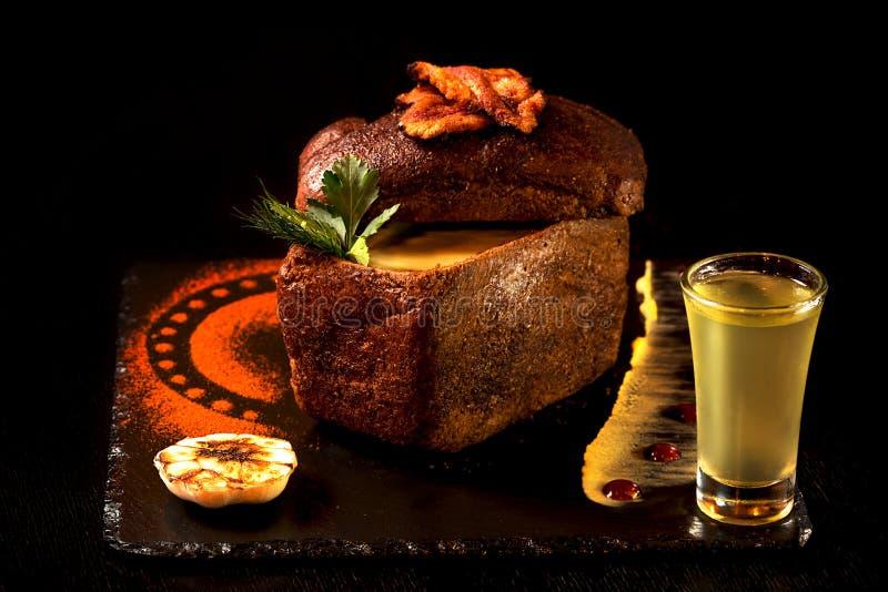 Download Sahnesuppe Mit Knoblauch Innerhalb Des Brotes Stockbild - Bild von feinschmecker, aperitif: 90236209