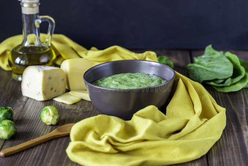 Sahnesuppe mit Spinat und K?se Gesundes Essen H?lzerner Hintergrund lizenzfreies stockfoto