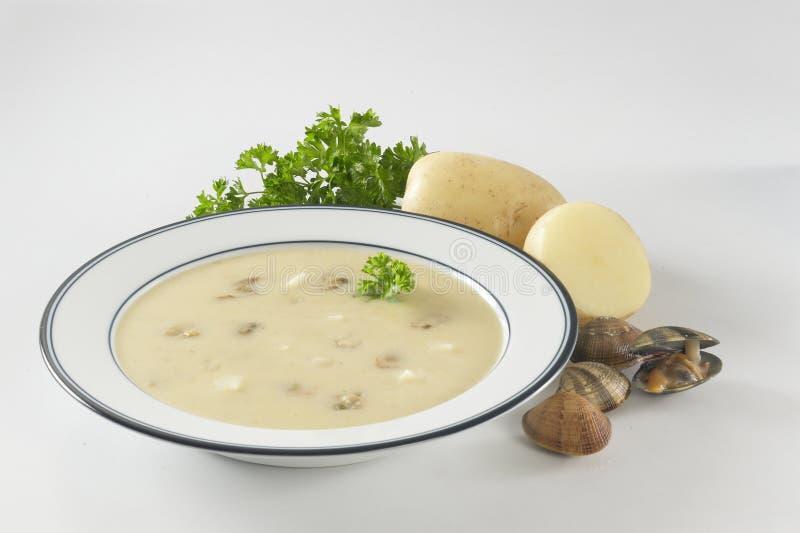 Sahnige Kartoffelmuschelsuppe stockbild