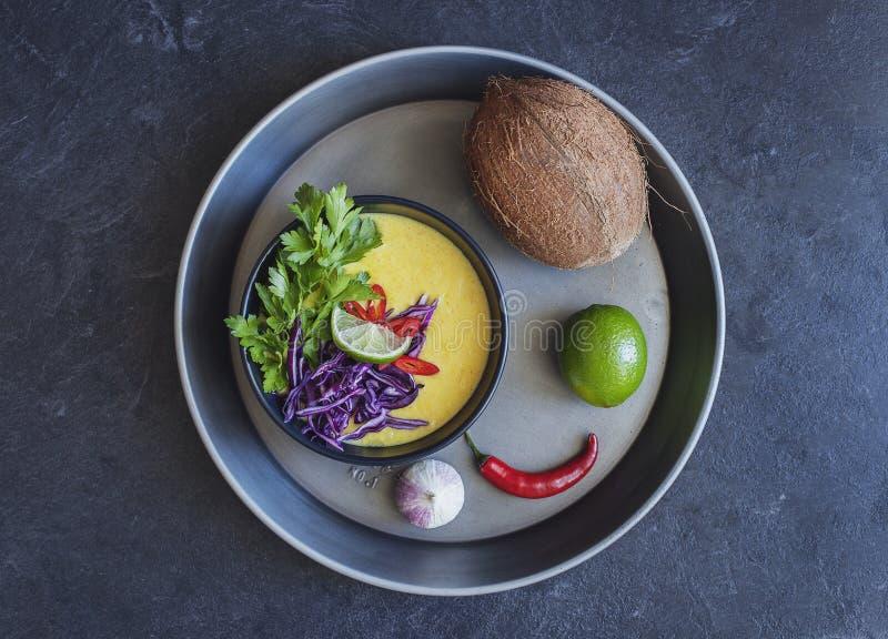 Sahnige Suppe der thailändischen Kokosnuss mit Frischgemüse stockfoto