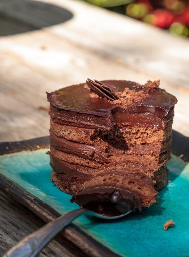 Sahniger überlagerter Kuchen der Schokoladencreme lizenzfreie stockfotos