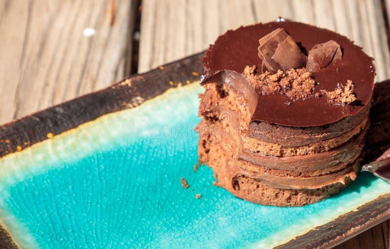 Sahniger überlagerter Kuchen der Schokoladencreme lizenzfreie stockbilder