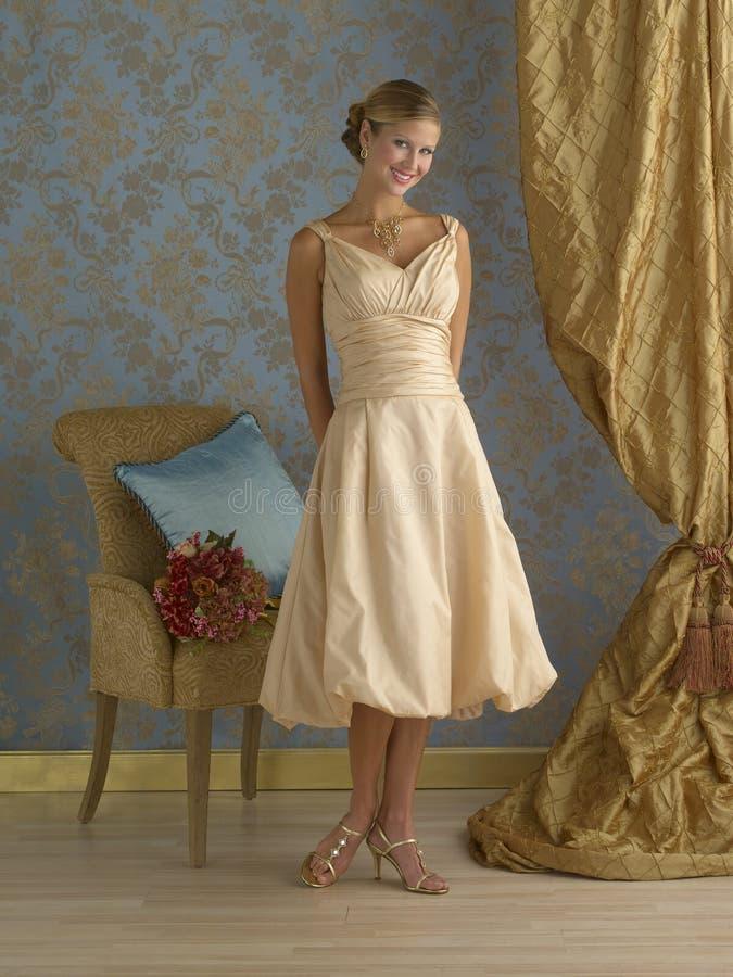 Sahniges gelbes Abend-Kleid stockfotos