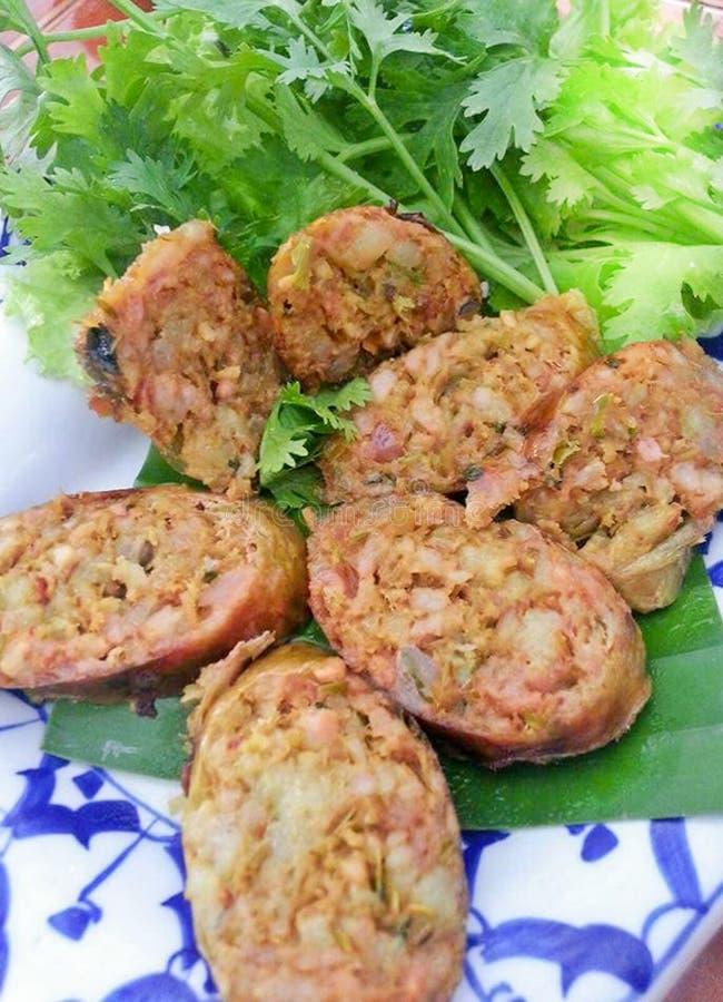 SAI AUA, Wyśmienicie smakowita Złota NOTRHERN TAJLANDZKA KORZENNA kiełbasa jest typ uwędzona pieczeń z kleistymi ryż fotografia royalty free