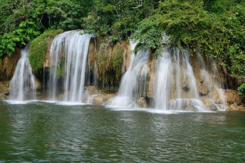 Sai Yok Yai cai no parque nacional de Sai Yok. imagens de stock