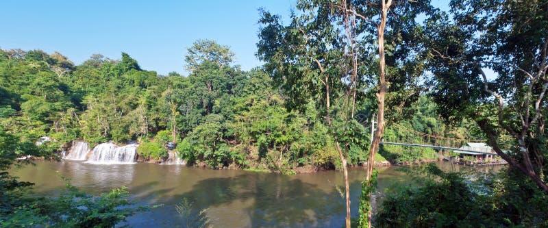 Sai Yok Yai-waterval met Hangbrug royalty-vrije stock foto