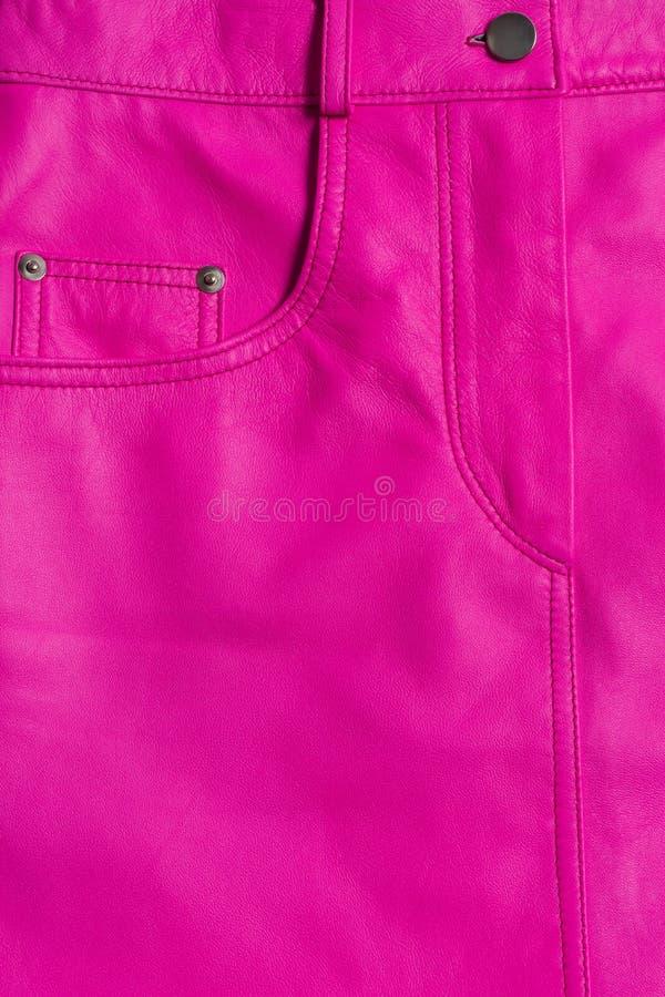 Saia de couro cor-de-rosa com bolsos e botão fotografia de stock