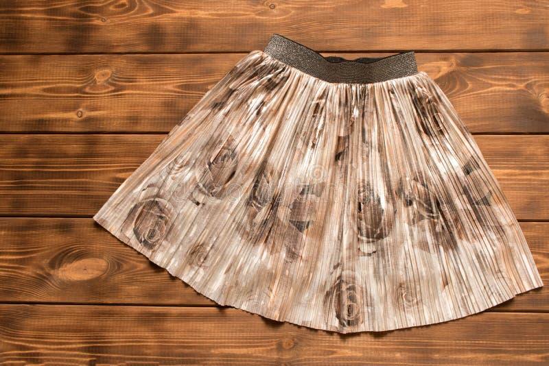 A saia de crianças bonitas no fundo de madeira r Fim acima foto de stock royalty free