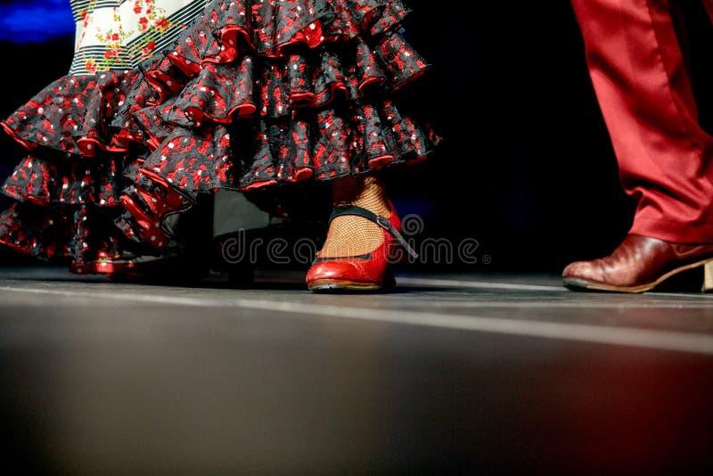 Saia e sapatas do flamenco da dança dos pés da mulher e do homem para a cópia fotos de stock royalty free