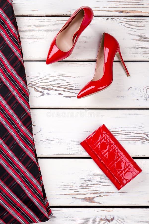 Saia vermelha e preta fêmea, acessórios imagem de stock