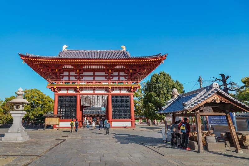 Saidaimon (porte occidentale) au temple de Shitennoji à Osaka, Japon photographie stock libre de droits
