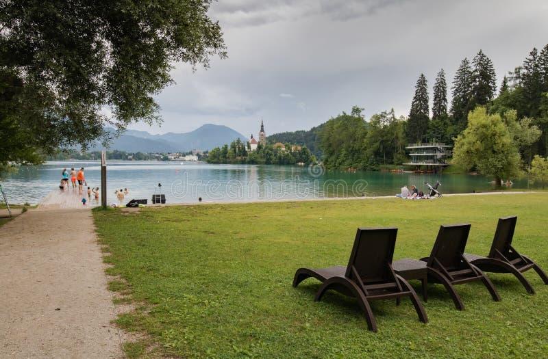 Saigné, la Slovénie - 13 juin 2018 : touristes de personnes visitant le lac saigné, Slovénie photo stock
