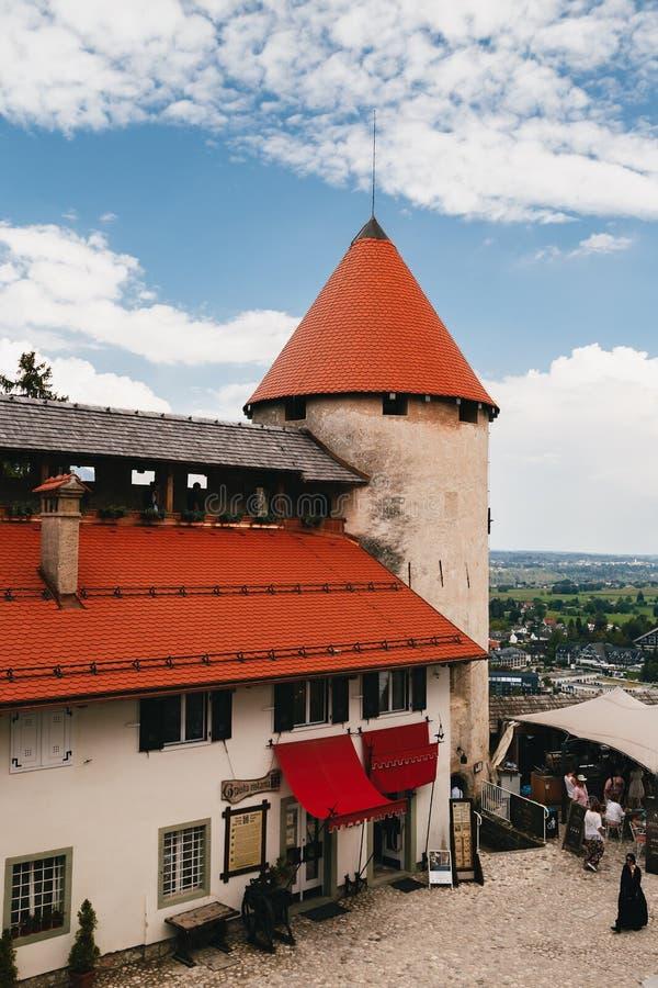 Saigné, la Slovénie - septembre, 8 2018 : Vue les de la cour de château, de la tour et des bâtiments saignés de château avec les  images stock