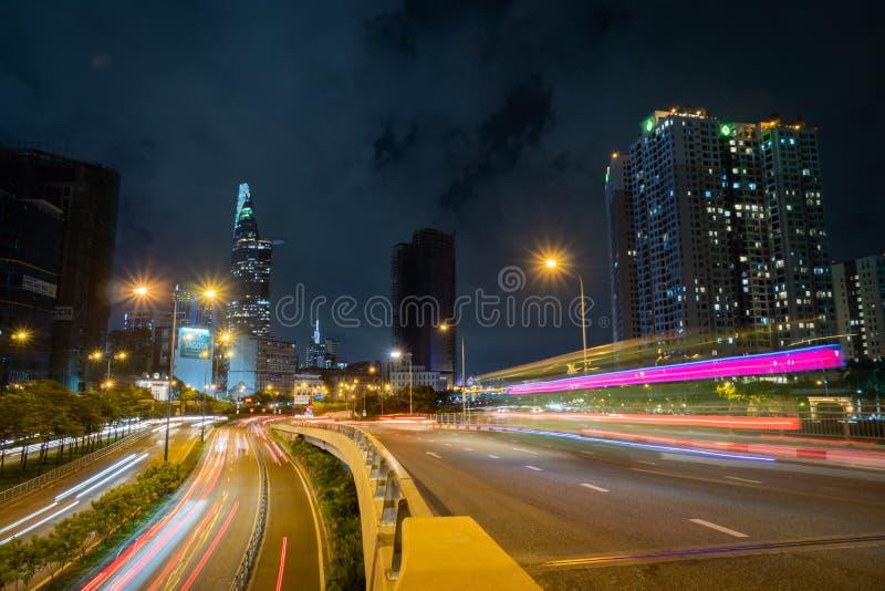 Saigon Cityscape Noite Metrópolis Urbana com estrada iluminada e Torre Financeira Bitexco em Segundo Plano Saigon fotografia de stock